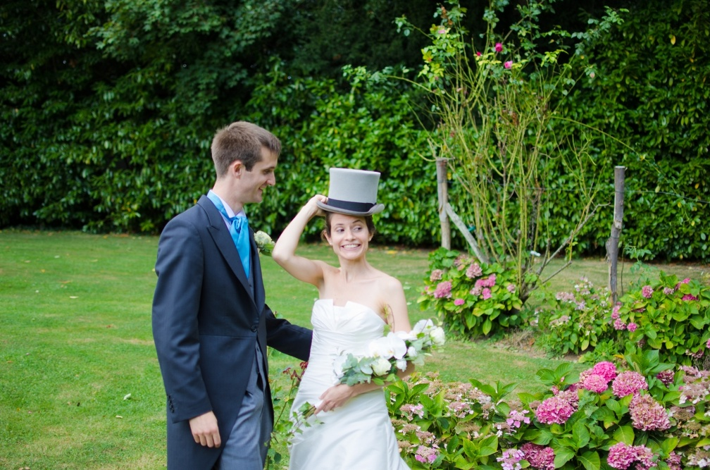 Playing with the groom's hat (2621 visits) Wedding pictures | The bride playing with the groom's hat